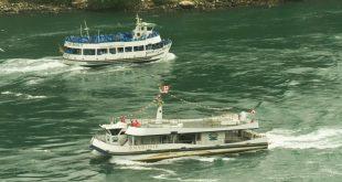 Канадский катер Hornblower с 6 пассажирами на борту и американский Maid of the Mist, везущий несколько сотен туристов к Ниагарскому водопаду во время пандемии covid-19